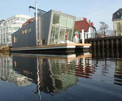 Silberfish Hausboot by Confused Direction Design Is a Modern Home That Floats