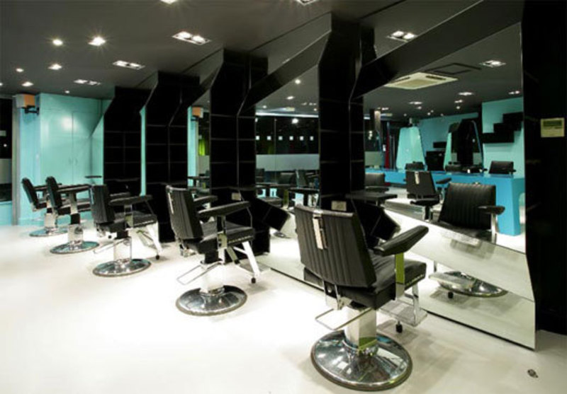 Reuben wood hair salon modern and colorful barbershop for Iluminacion para peluquerias