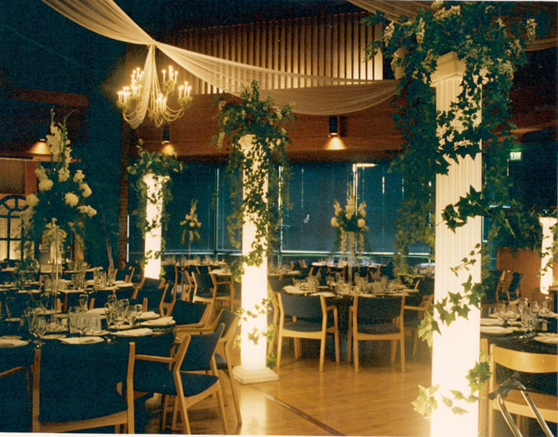 http://assets.davinong.com/images/entry/2011/07/10/2626/wedding-hall-decorations.jpg
