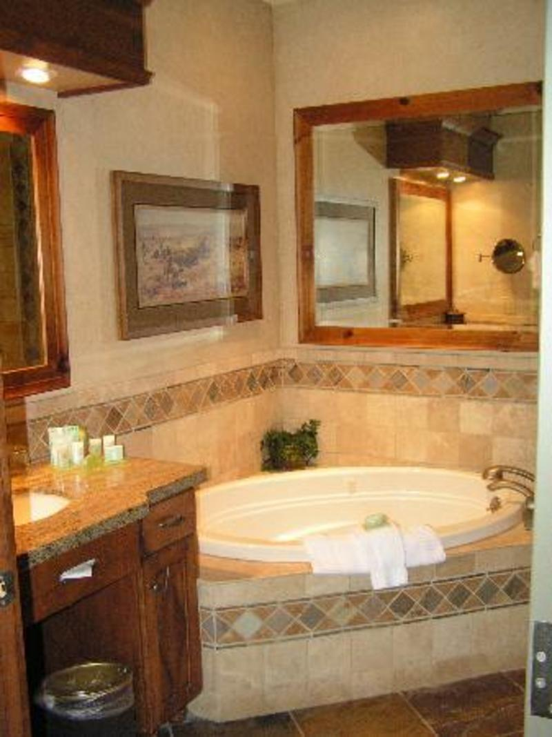 Jacuzzi tub design ideas for luxury bathroom design for Corner tub decorating ideas