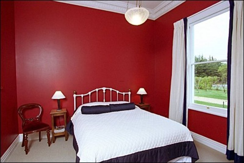 Luxurious red bedroom interior design in simple and glamor for Bedroom designs red