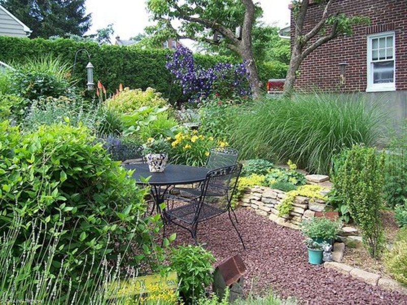 Landscaping a small backyard design bookmark 6548 for Back yard garden designs
