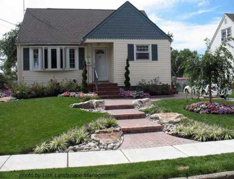 Front yard landscape designs landscape design ideas for Front yard lawn ideas