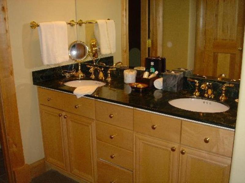 Amazing double sink bathroom vanities design ideas for Double sink bathroom ideas