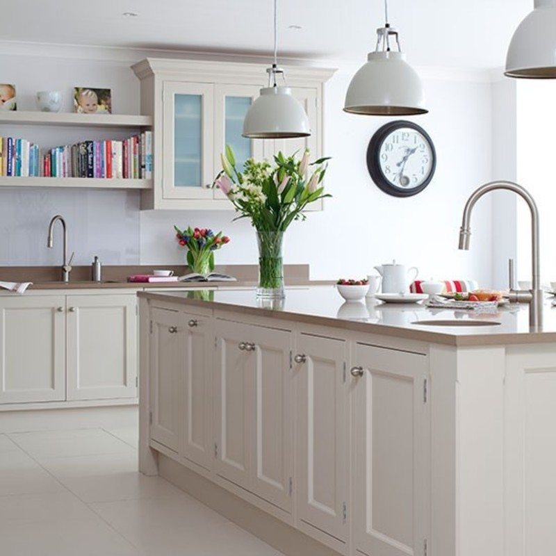 Traditional kitchen with prep island and pendant lighting for Kitchen island lighting pendants