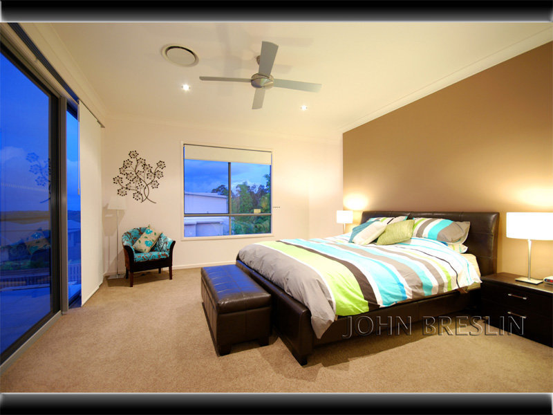 Classic bedroom design idea with carpet sash windows for Bedroom designs and colours